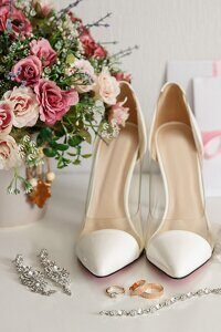 wedding-checklist-wedding-shoes-bouquet